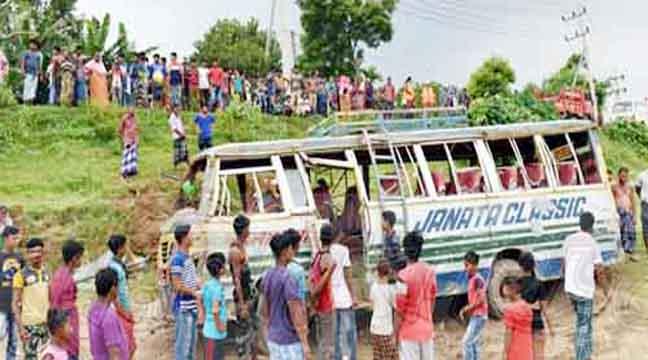 কুমিল্লায় নিয়ন্ত্রন হারিয়ে বাস নদীতে: আহত ১৫