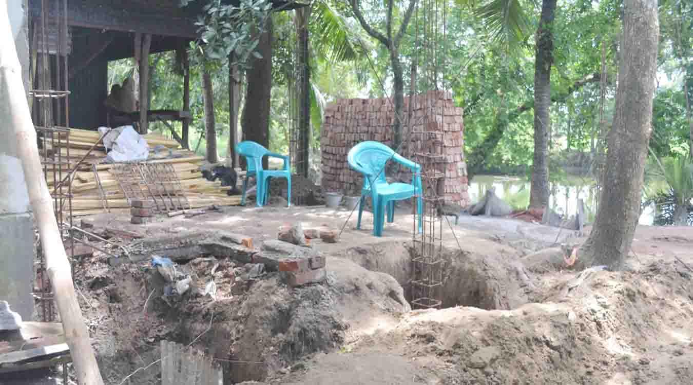 চান্দিনায় সরকারি রাস্তা দখল করে  সবত ঘর নির্মাণের অভিযোগ