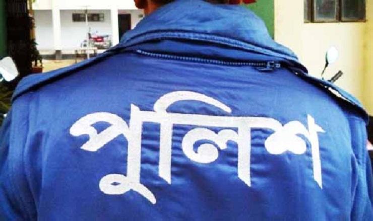 কুমিল্লায় লুঙ্গি ফেলে পালিয়ে যাওয়া পুলিশ সদস্যের বিরুদ্ধে মামলা