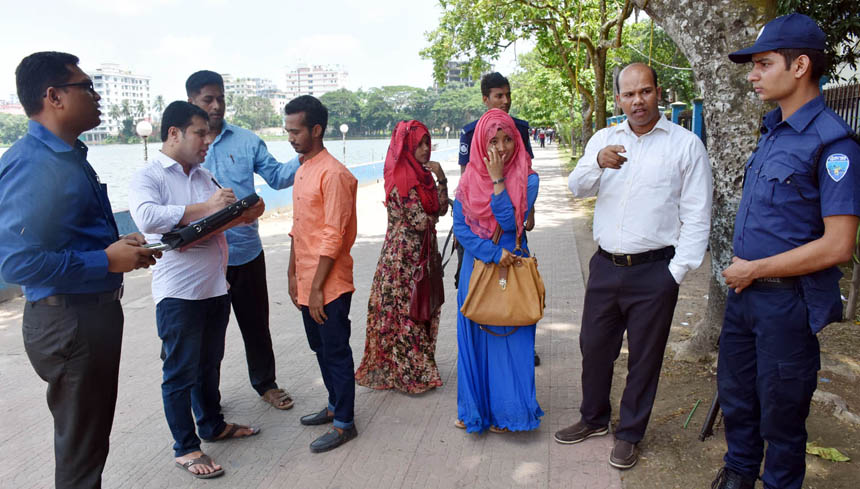 কুমিল্লায় স্কুল-কলেজ ফাঁকি দিয়ে পার্কে আড্ডা: শিক্ষার্থীদের জরিমানা