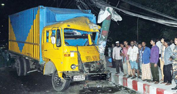 কুমিল্লায় কাভার্ডভ্যানের ধাক্কায় মোটরসাইকেল চালক নিহত