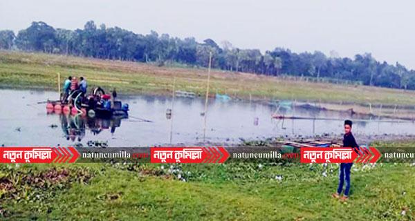 কুমিল্লায় ডাকাতিয়া নদীতে ড্রেজার দিয়ে বালু উত্তোনের মহোৎসব