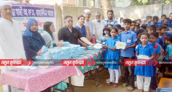 কুমিল্লায় ৩৫ হাজার শিক্ষার্থীদের মাঝে টিফিন বক্স বিতরণ