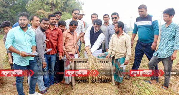 কুমিল্লায় ধান মাড়াই করে বিএনপি প্রার্থীর ভোট প্রার্থনা