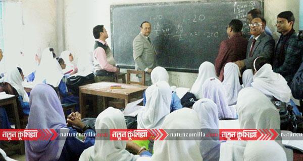 কুমিল্লায় বিদ্যালয়ে শিক্ষার্থীদের সংসদ সদস্যের পাঠদান