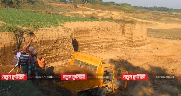 হুমকিতে কুমিল্লার গোমতী নদীর প্রতিরক্ষা বাঁধ