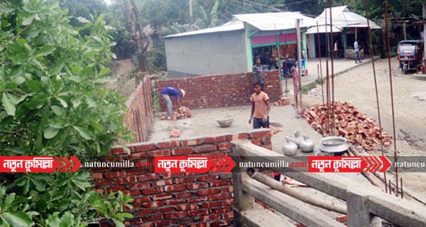 কুমিল্লায় বাধা উপেক্ষা করে সরকারি জায়গায় স্থাপনা নির্মাণ!