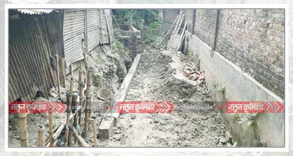 চৌদ্দগ্রামে খাল দখলে নিষেধাজ্ঞা অমান্য করে মার্কেট নির্মাণ!