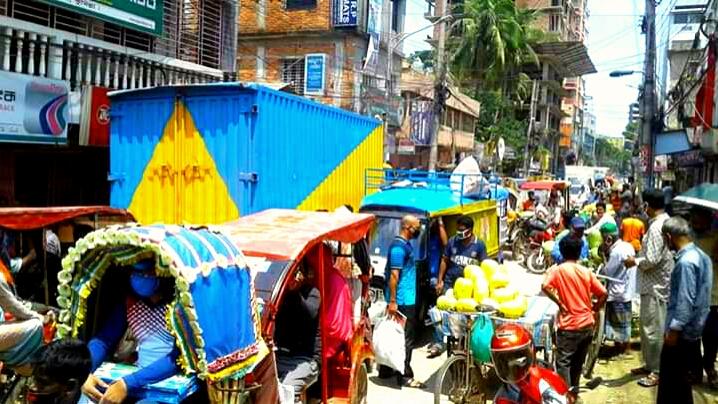 কুমিল্লায় লকডাউনে জনসমাগম: করোনা ছড়িয়ে পড়ার আশঙ্কা