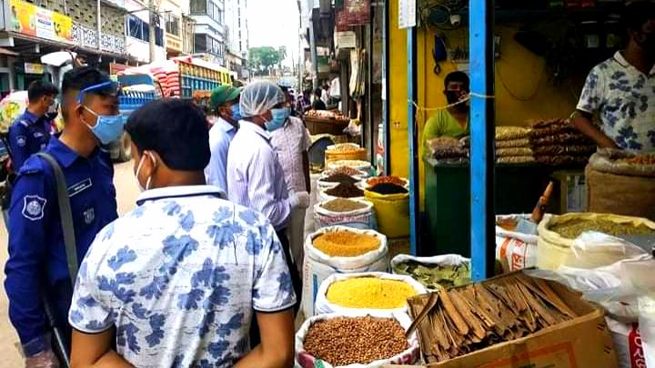 কুমিল্লায় মসলার বাজারে ভোক্তা অধিকারের অভিযান, ৬ প্রতিষ্ঠানকে জরিমানা